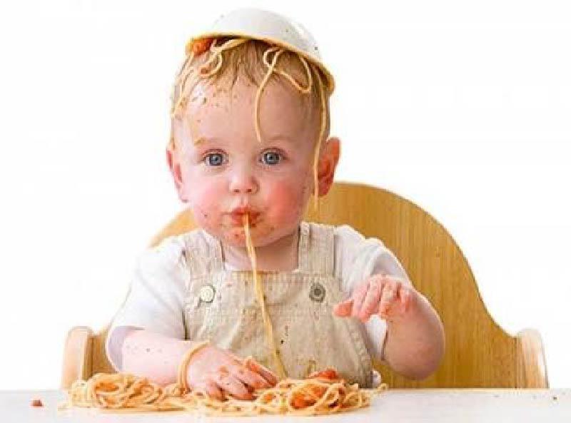 3 beneficios de dejar a tu bebé jugar con la comida